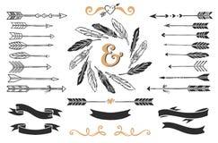 手拉的葡萄酒箭头、羽毛和丝带与字法 免版税库存图片