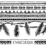 手拉的被绘的无缝的样式 与羽毛和条纹的边界 黑白颜色 库存照片
