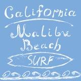 手拉的速写的在上写字的加利福尼亚马利布海滩海浪标志, T恤杉打印设计,印刷术图表脏的传染媒介illus 免版税库存图片