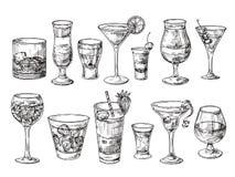 手拉的鸡尾酒 在玻璃的酒精饮料 速写汁液,玛格丽塔酒马蒂尼鸡尾酒 鸡尾酒用兰姆酒,杜松子酒威士忌酒传染媒介 向量例证