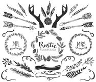 手拉的鹿角、箭头、羽毛、丝带和花圈 免版税库存照片