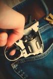 手拔出从口袋的一把左轮手枪 免版税库存图片