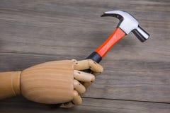 手拿着一把锤子 图库摄影