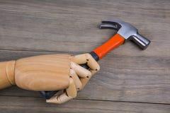 手拿着一把锤子 免版税库存图片
