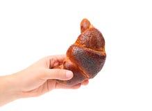 手拿着开胃新月形面包。 免版税库存照片