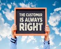 手拿着有顾客总是ri的词的黑板 免版税库存照片