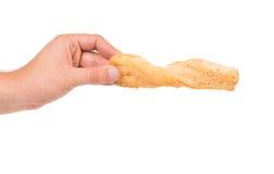 手拿着面包用芝麻 免版税库存照片