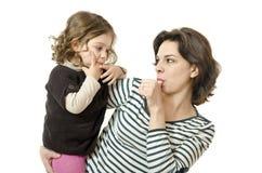 手指、妈妈和婴孩。 库存照片