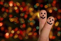 手指万圣节拥抱南瓜 免版税库存照片