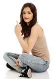 手指中间显示的妇女年轻人 免版税库存图片