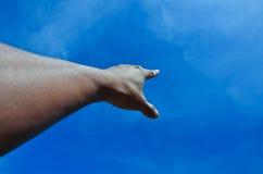 手指和蓝天 免版税库存照片