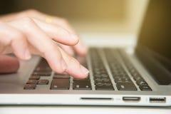 手指和进入键盘 图库摄影