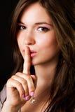 手指在妇女的闲话嘴唇 免版税库存图片