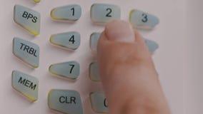 手指在盘区投入按数字的卫兵代码,关上盒盖 股票视频