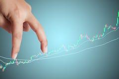 手指在股市图表的商人步幅 免版税库存照片