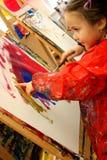 手指女孩她的绘画 免版税库存图片