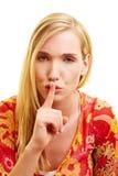 手指她的嘴唇放置妇女 免版税库存照片