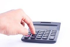 手指手在被隔绝的白色背景上把计算的数字认为的会计事务按钮计算器放 图库摄影