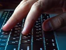 手指接触膝上型计算机键盘宏指令有由后面照,侧视图 库存图片