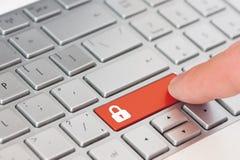手指新闻与闭合的挂锁象标志的一把红色钥匙在膝上型计算机键盘 免版税库存照片