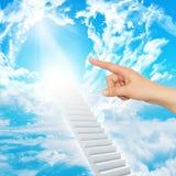手指表明楼梯到天堂 库存图片
