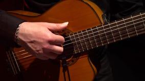 手指采摘在吉他的串 关闭 影视素材