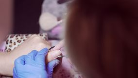手指钉子治疗,研和擦亮在美容院 修剪在美容院的过程,关闭  修指甲师 股票录像