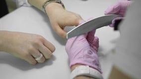 手指钉子治疗,研和擦亮在美容院 修剪在美容院的过程,关闭  影视素材