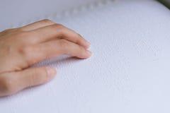 手指读了盲人识字系统字母表 免版税库存照片