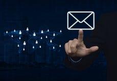 手按与浅兰的世界地图co的商人电子邮件象 库存图片