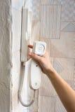 手按在对讲机的一个按钮在家 库存照片