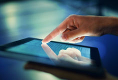 手按在屏幕数字式片剂 免版税库存图片