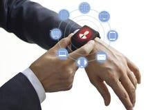 手接触象顾客在巧妙的手表、Omni海峡或者多渠道的网络连接 库存照片