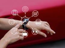 手接触象顾客在巧妙的手表, Omni海峡的网络连接 库存图片