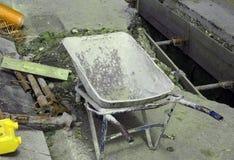 手推车在挖掘附近的建造场所 免版税图库摄影