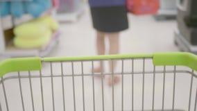 手推车在超级市场 股票视频
