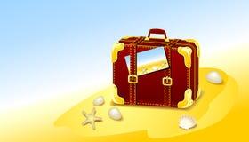 手提箱为在海滩的夏天 免版税库存照片