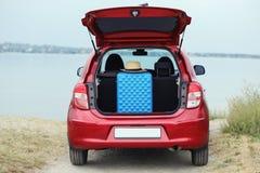 手提箱和帽子在车厢 免版税库存图片