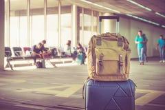 手提箱和背包在机场有旅行的离开终端 免版税库存照片