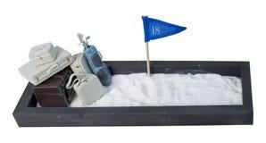 手提箱和高尔夫俱乐部在附上的沙子全部 库存照片