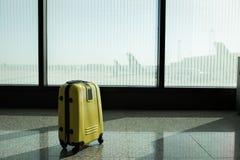 手提箱在机场离开休息室,飞机在背景,暑假概念,旅客手提箱中在机场 库存照片