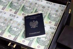 手提箱护照和波兰货币毁坏概念 免版税库存图片