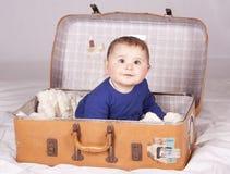 手提箱的女婴 免版税库存照片