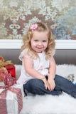手提箱的小女孩 免版税库存图片