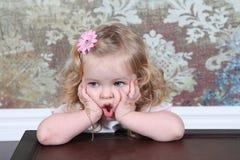 手提箱的小女孩 免版税图库摄影