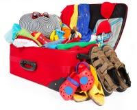 手提箱,开放被包装的旅行行李,家庭袋子充分衣裳 库存照片