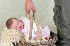手提篮的婴孩 免版税库存图片