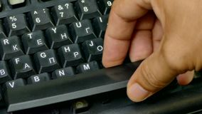 手插入键盘的按钮入在身体的凹线 影视素材
