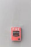 手摇火警器在resid外部水泥墙壁被安装  免版税库存照片