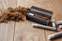 手摇的香烟 库存图片